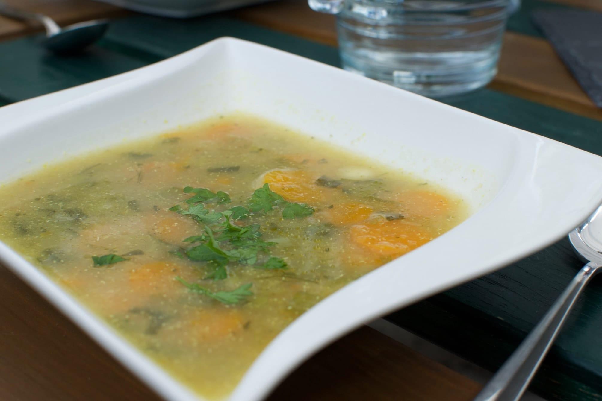 Gemüsesuppe in weißem Teller
